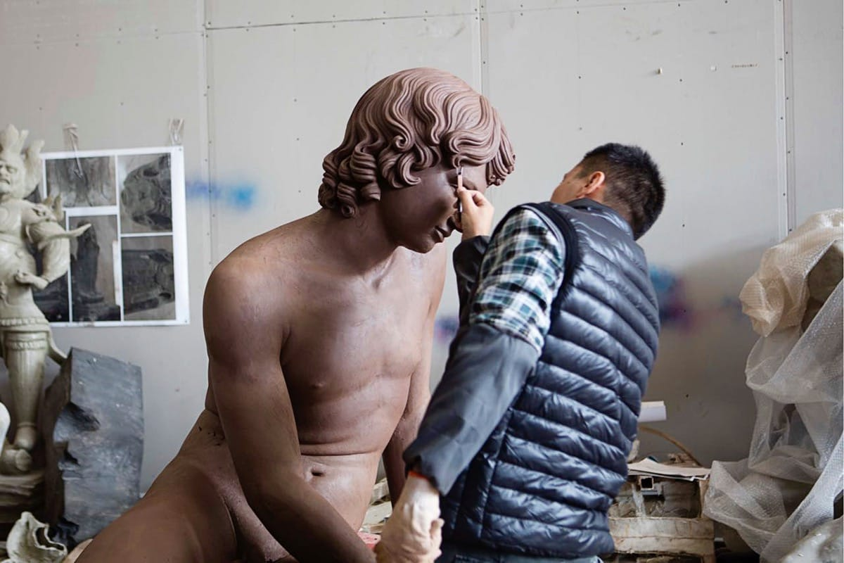 Xu Zhen sculpting.