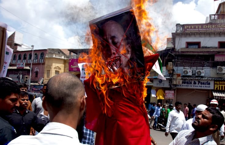 Protesters burning an effigy of Ashin Wirathu.